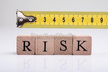 messen sie band ueber risiko holzbloecke