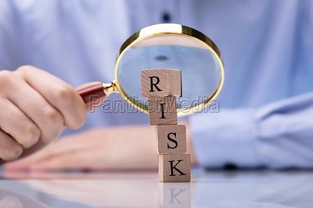 nahaufnahme von holzbloecken mit risikowort