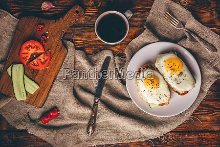 fruehstueckstoast mit gemuese und spiegeltete eier
