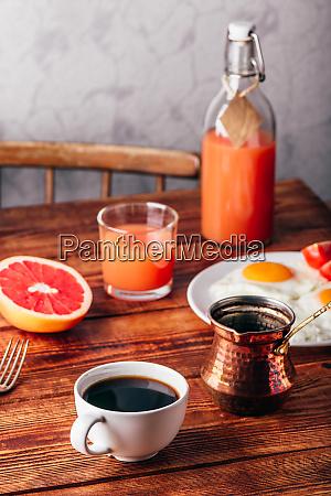 fruehstueck mit kaffee und spiegeleiern