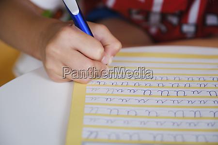 kind uebt kursive handschrift