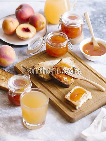 aprikosenmarmelade auf toast mit pfirsichen und