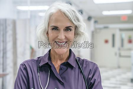 portraet eines laechelnden arztes mit stethoskop