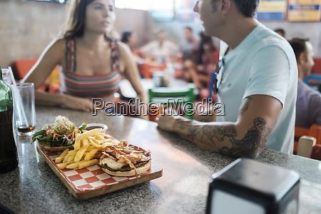 hamburger und pommes frites auf theke