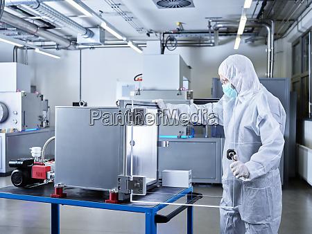 chemiker im reinraum des industrielabors