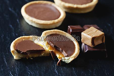 cocolate karamell tartlets auf schwarzem schiefer