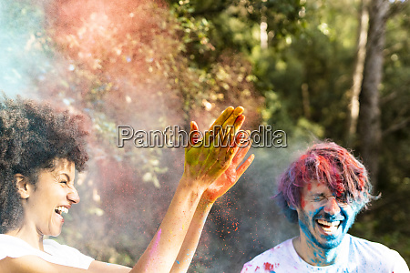 paar, wirft, bunte, pulverfarbe, feiert, holi, festival, der - 26914647