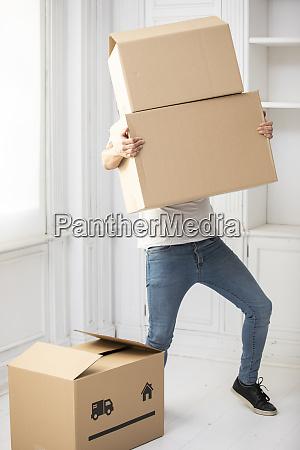 unkenntlich mann mit pappkartons in neuem