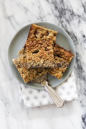 rhabarberkuchen und ein kuchen server auf