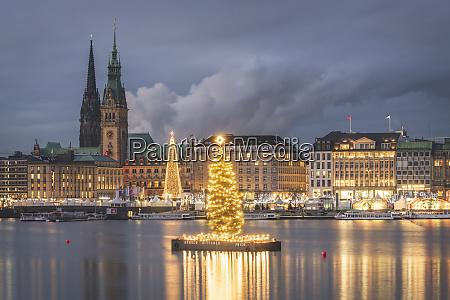 deutschland hamburg rathaus nikolauskirche weihnachtsbaum binnenalster