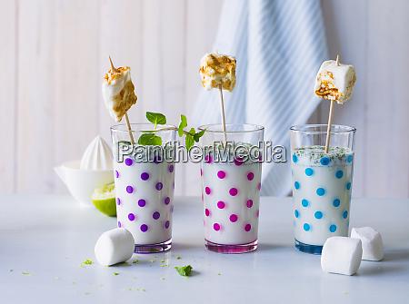 drei glaeser buttermilchgetraenk mit geroesteten marshmallows