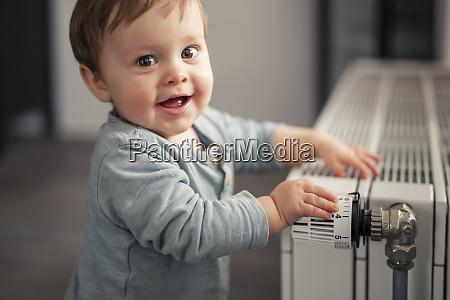 portraet eines laechelnden babys der mit