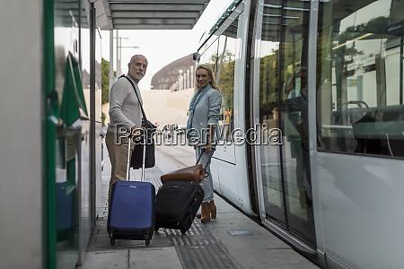 spanien barcelona seniorenpaar mit gepaeck an