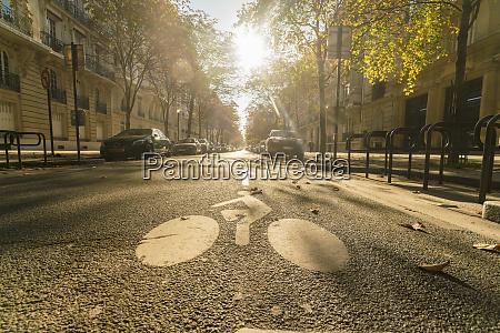 frankreich paris strasse mit radfahrerschild auf