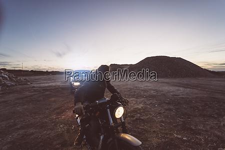 spanien madrid mann mit motorrad und