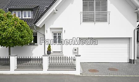 deutschland koeln weisses neubau einfamilienhaus mit