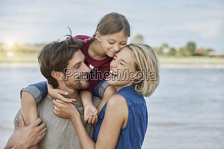 deutschland duesseldorf glueckliche familie mit tochter