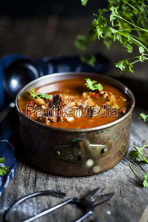 gulaschsuppe mit flacher petersilie