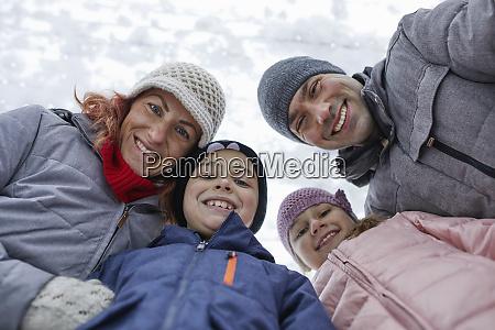 familie mit zwei kindern auf der