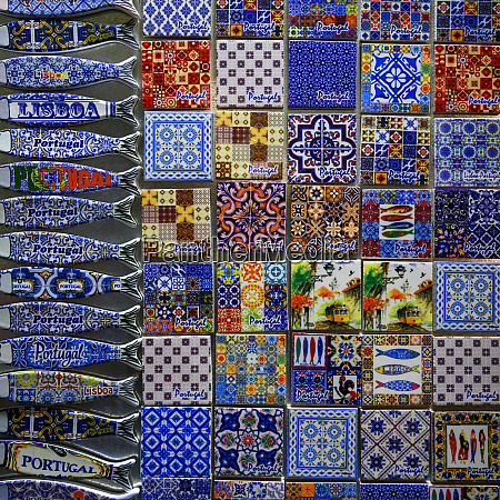 farbenfrohe souvenirmagnete ausgestellt lissabon lisboa region