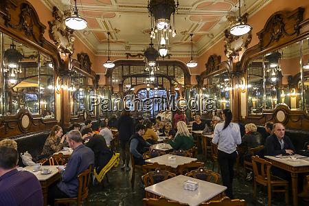 kunden die in einem restaurant essen