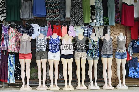 damenbekleidung auf schaufensterpuppen die in einer