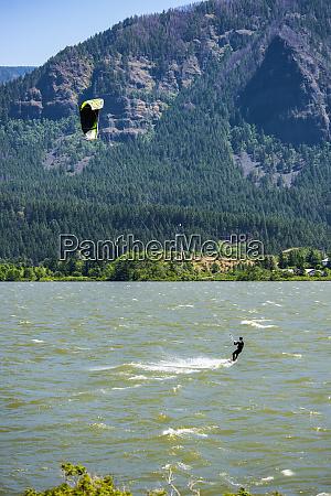 ein, kitesurfer, der, den, starken, frühling, genießt, schlängelt - 26932117