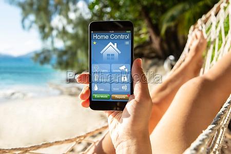 frau mit smart home auf handy