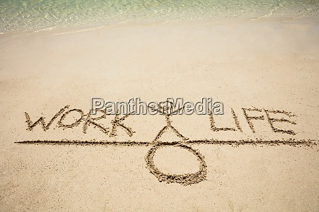 leben arbeit balance wippe familie idee