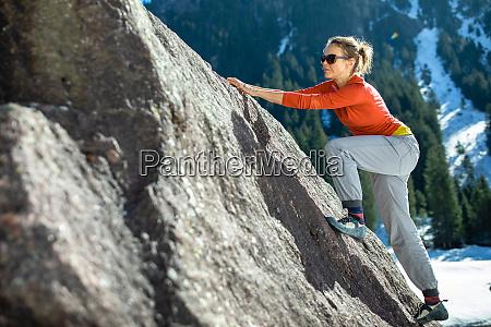 junge klettererin im freien in den