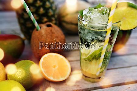 mojito cocktail und tropische fruechte