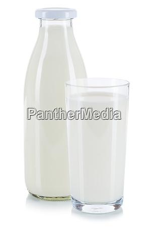 frische milch in einem glas und