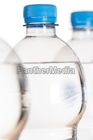 mineralwasser flasche flaschen portraetformat isoliert auf