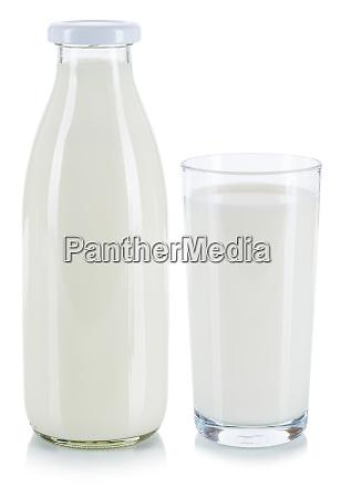 frisches milchglas und flasche isoliert auf