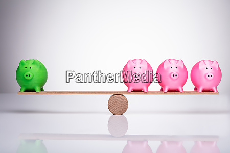 piggy bank auf holz wippe