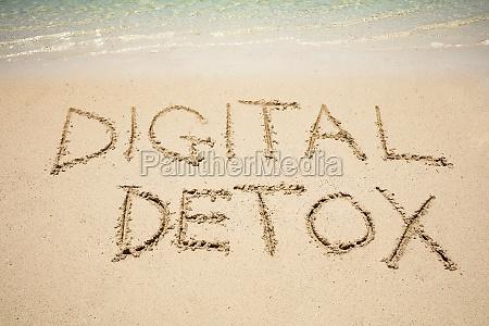 digitale detox wort auf sand in