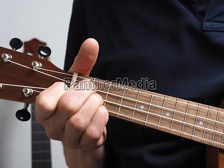 spielen einer ukulele
