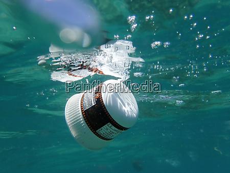 plastikmuell im meer treibend