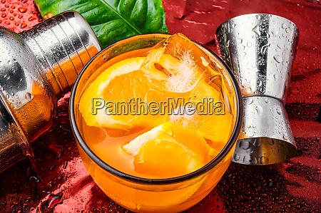 orangengetraenk mit eis