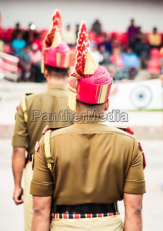 portraet eines nicht wiederzuerkennenden indischen polizisten