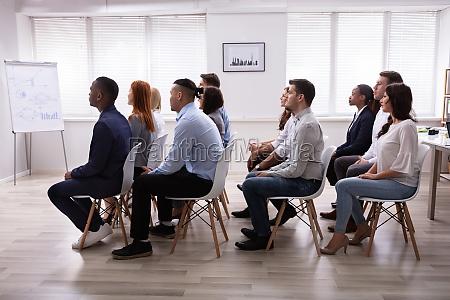 multi ethnische geschaeftsleute in meetings