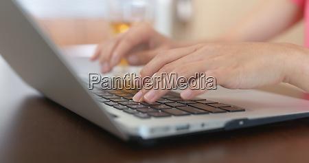 frau tippauf laptop computer zu hause