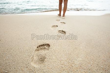 frau zu fuss am strand verlassen