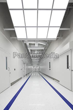 blaue streifen auf gefaengniskorridor