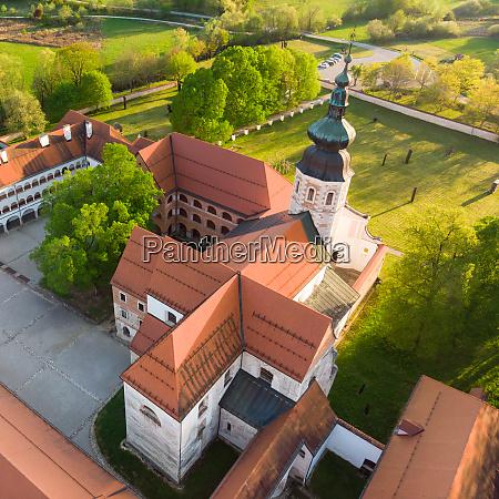 luftaufnahme des zisterzienserklosters kostanjevica na krki