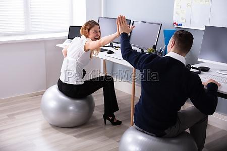 ball buero fit schreibtisch UEbung training