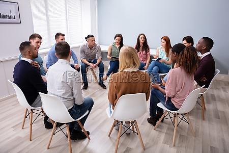 multiethnische menschen sitzen in kreisberatung
