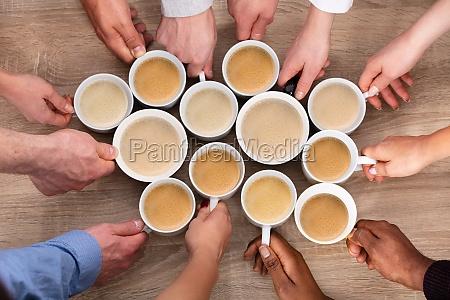 gruppe, von, menschen, die, kaffeetassen, halten - 26988042