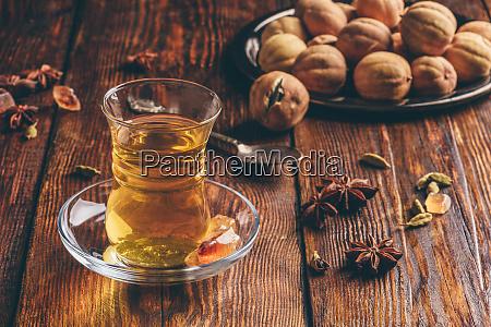 orientalischer tee mit gewuerzen aus armuduglas