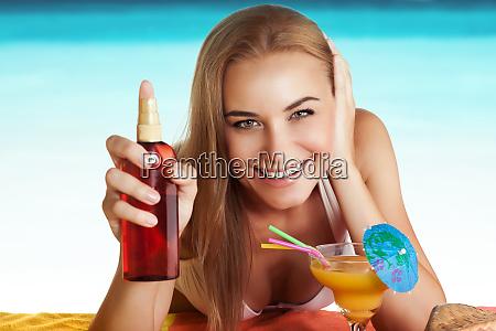 glueckliche frau braeunung am strand
